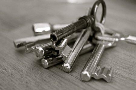 Алюминиевые двери и устранение износа дверных петель