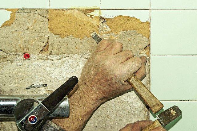 Приклеиваем керамическую плитку на стены самостоятельно
