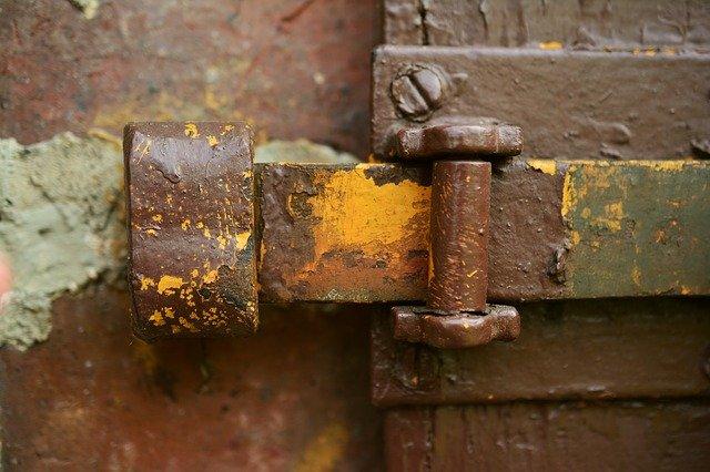 Чем окрасить металлическую дверь или крышу