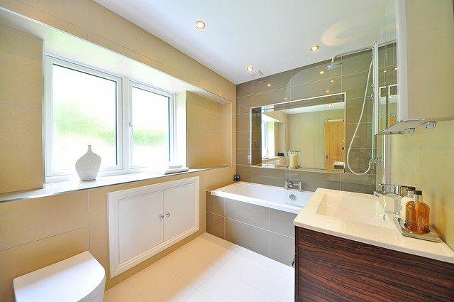 Натяжной потолок в ванной: практично или нет