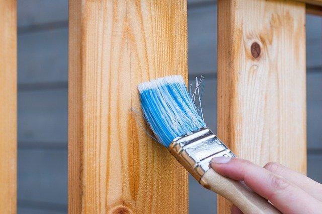 Чем покрасить забор возле вашего дома