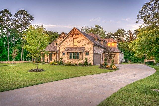 Двухэтажные каменные дома